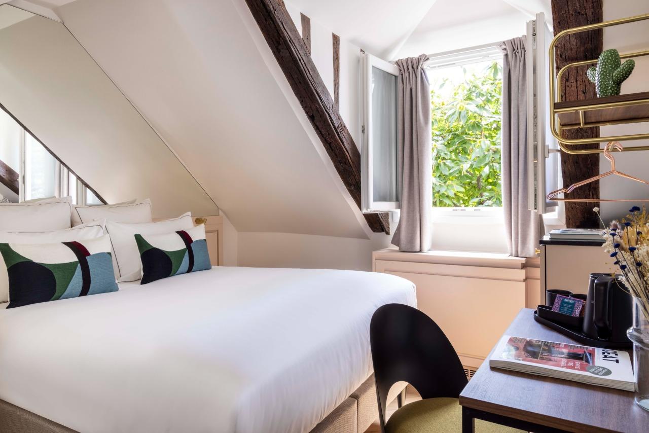 Bed - Window - Table - Cactus - Hotel la Canopee